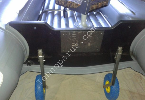 Лодка с НДНД нашего клиента, на которой установлены: транцевые колеса, опора для кресла в лодку с НДНД, кресло в лодку и стойка для сидения 18см, произведенные компанией ТЕХНОПАРУС